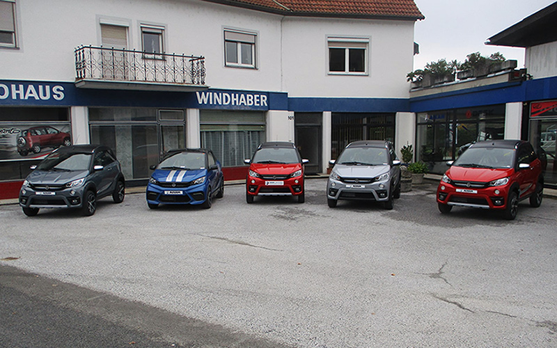 Autohaus Windhaber KG, Fahrzeuge von Autohaus Windhaber KG, Aufnahme im Innenhof, AIXAM PKWs im Freien, Ansicht schräg seitlich